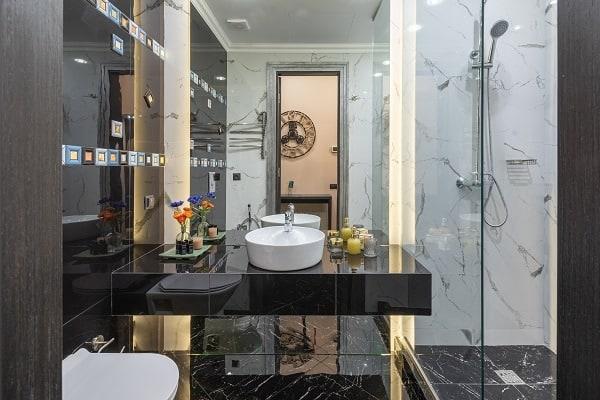 shower doors vs shower curtain